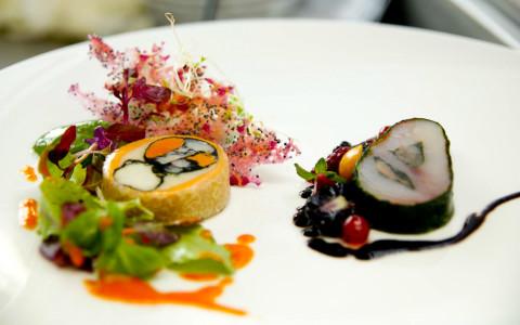 Merluzzo in crosta di bietola, rollé ai frutti di mare e insalatina di campo